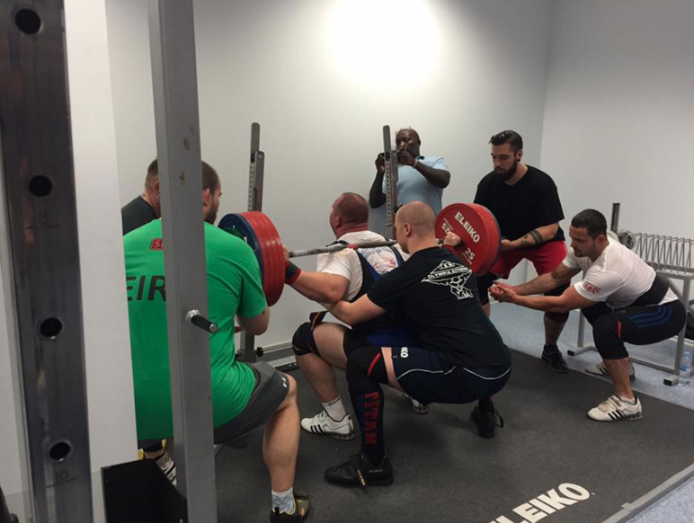 Warming up towards as a casual 350kg squat.